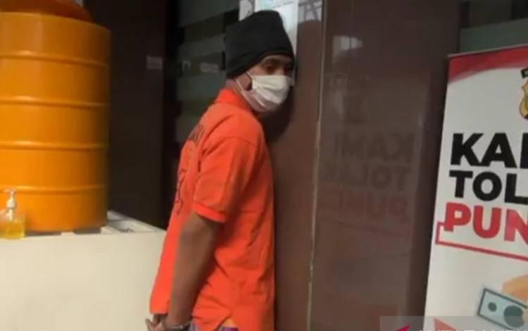 Pelaku pengeroyokan seorang polisi berinisial MAR ditangkap tim gabungan setelah menjadi buronan selama delapan hari di Jakarta, Jumat (16/7/2021)