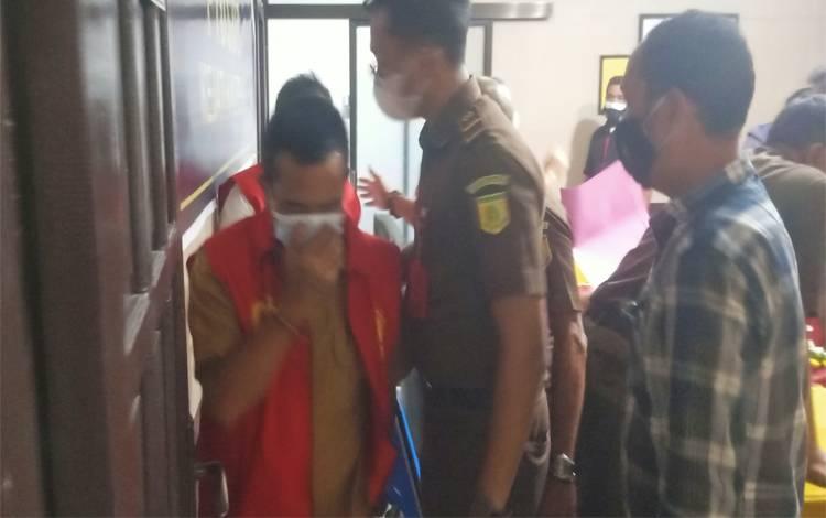 Mantan Camat Katingan Hulu, H saat digiring ke Rutan Palangka Raya untuk menjalani tahanan selama 20 hari ke depan