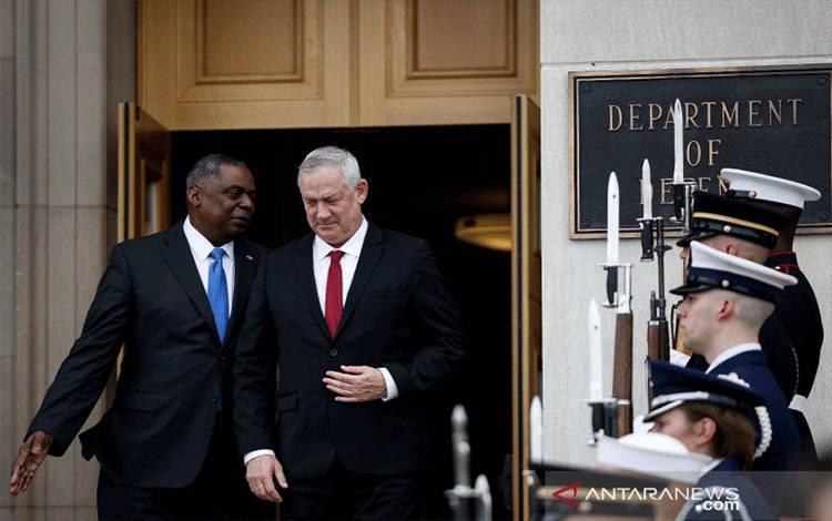Menteri Pertahanan Israel Benny Gantz (kanan) disambut Menteri Pertahanan Amerika Serikat Lloyd Austin saat peningkatan penjagaan kehormatan bagi Gantz di Pentagon, Arlington, Virginia, Amerika Serikat, Kamis (3/6/2021). ANTARA/REUTERS/Carlos Barria/HP/djo