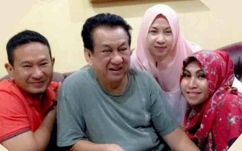 Keluarga Anwar Fuady kembali diterpa berita duka akibat kepergian sang anak Fery Senapati (kiri) yang terpapar COVID-19,Rabu (21/7/2021). Kepergian Fery menyusul ibunya Farida Fuady yang terlebih dulu menghembuskan nafas terakhir pada Minggu (17/7/2021). (foto : ANTARA/HO)
