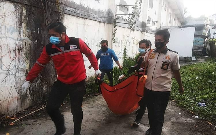 Anggota Polres Kotim dan PMI saat melakukan evakuasi jenazah nenek yang ditemukan meninggal di rumahnya.