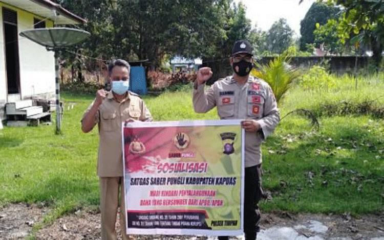 Anggota Polsek Timpah saat mensosialisasikan Satgas Saber Pungli di Kecamatan Timpah