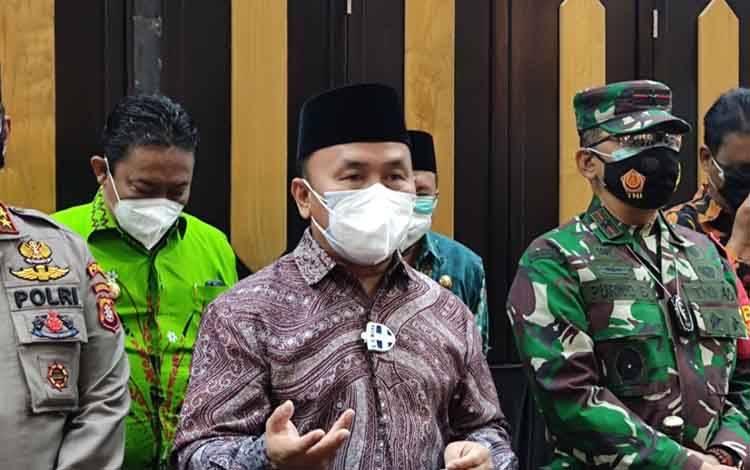 Gubernur Kalteng, Sugianto Sabran usai rapat koordinasi di Aula Jayang Tingang.