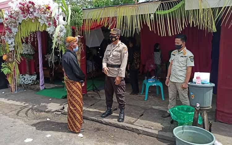 Polres Seruyan dan Satpol PP saat membubarkan resepsi pernikahan warga di Kuala Pembuang, Kamis, 22 Juli 2021.