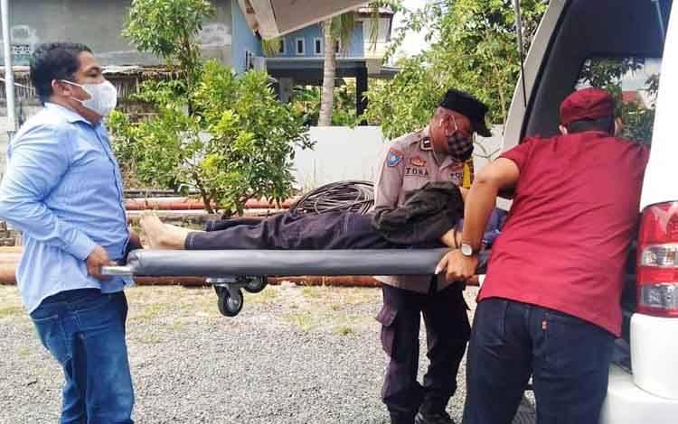 Bhabinkamtibmas Polsek Pahandut Aipda Toha dan Ketua RT Arniansyah serta petugas kesehatan Puskesmas Menteng mengevakuasi wanita itu menggunakan mobil ambulans