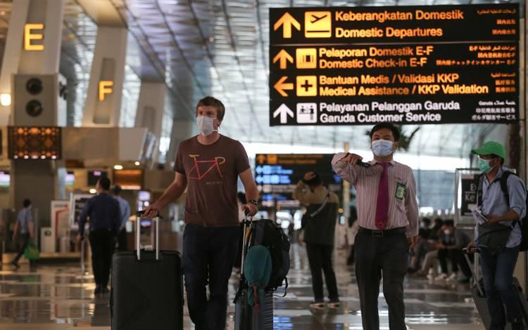 Seorang warga negara asing (WNA) berjalan di Terminal 3 Bandara Internasional Soekarno-Hatta, Tangerang, Banten, Rabu (13/1/2021)