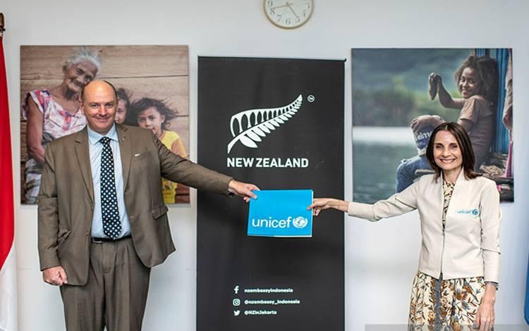 Duta Besar Selandia Baru untuk Indonesia,  Jonathan Austin (kiri) menyampaikan komitmen bantuan dana Rp46 miliar, untuk mendukung Indonesia tangani COVID-19, kepada Perwakilan UNICEF untuk Indonesia, Debora Comini