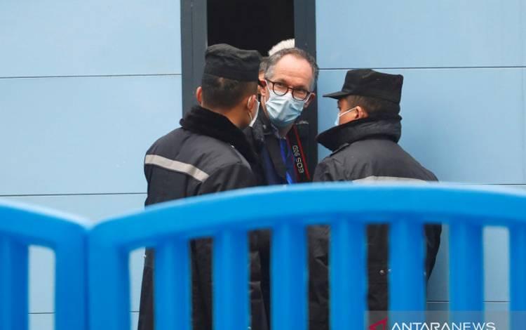Peter Ben Embarek, anggota tim Organisasi Kesehatan Dunia (WHO) yang bertugas menyelidiki asal virus corona (COVID-19), mengunjungi pasar boga bahari Huanan di Wuhan, provinsi Hubei, China, Minggu (31/1/2021)