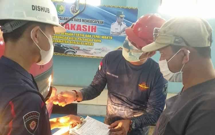 Kadishub Palangka Raya, Alman Pakpahan saat pengecekan Uji KIR di terminal tipe A WA Gara