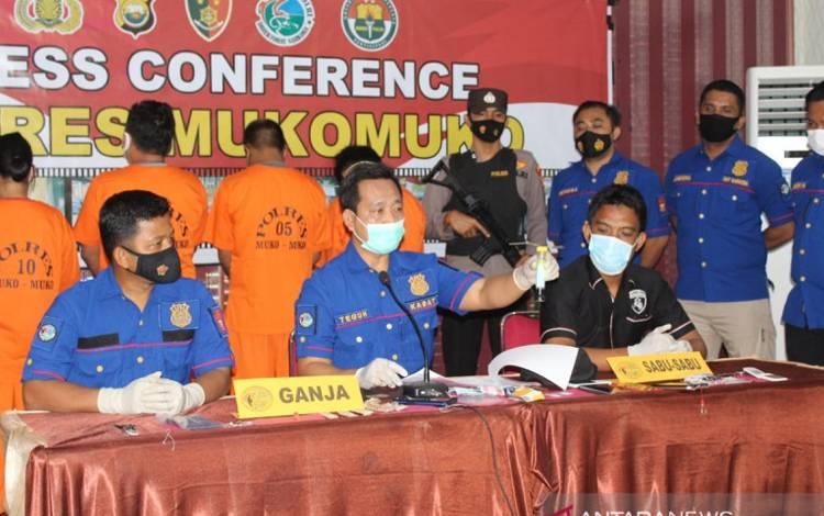Satuan Narkoba Kepolisian Resor Kabupaten Mukomuko mengelar Press Release penangkapa seorang anggota Polri berpangkat Bripka MN (40) terkait penyalahgunaan narkoba jenis sabu
