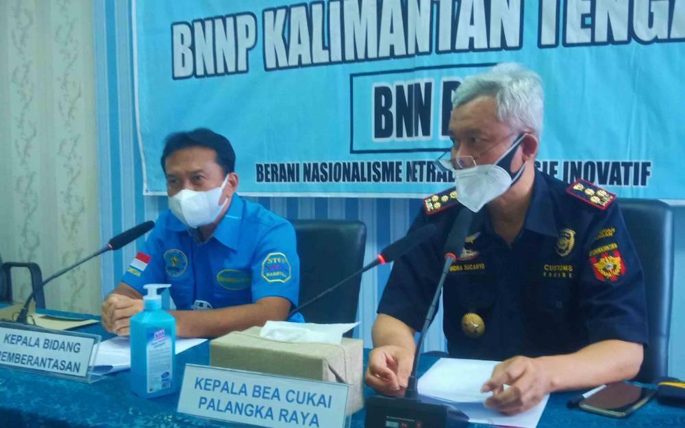Kepala Bidang Pemberantasan BNNP Kalteng, Kombes Pol Agustiyanto (kiri) saat menggelar press release, Jumat, 23 Juli 2021.