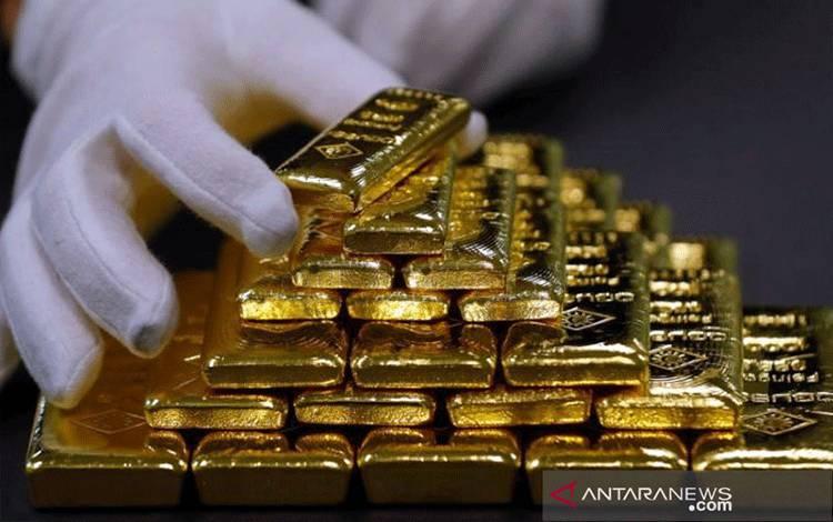 Seorang karyawan menyortir emas batangan di pabrik pemisahan emas dan perak Oegussa di Wina, Austria. ANTARA/REUTERS/Leonhard Foeger.