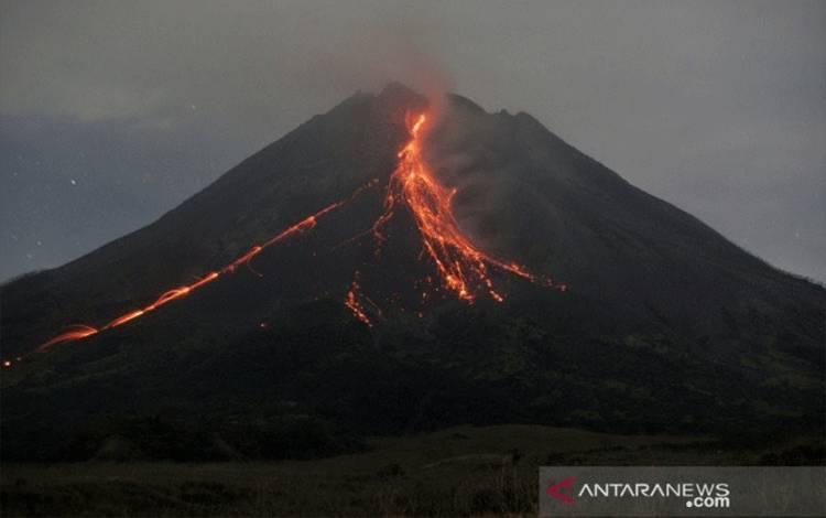Ilustrasi- Gunung Merapi mengeluarkan awan panas guguran dipotret dari Srumbung, Magelang, Jateng, Kamis (6/5/2021). Menurut data BPPTKG periode pengamatan pukul 00:00-06:00 WIB secara visual Gunung Merapi teramati 2 kali mengeluarkan awan panas guguran dengan jarak luncur maksimal 2.000 m serta 17 kali guguran lava pijar dengan jarak luncur maksimal 1.600 m kearah barat daya. (ANTARA FOTO/Andreas Fitri Atmoko/hp)