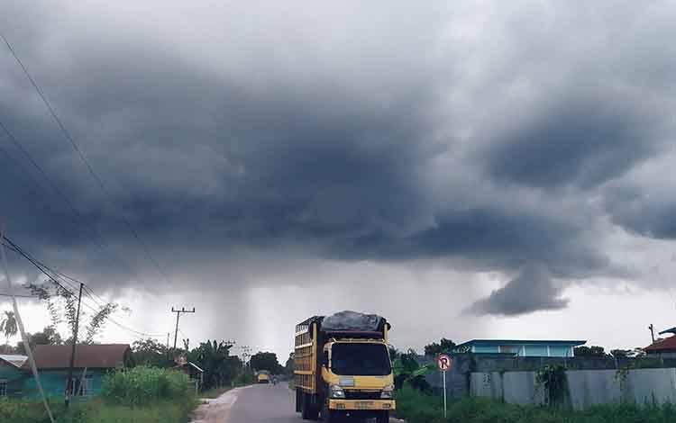 Hujan di kejauhan dilihat dari Desa Telaga Baru, Kecamatan Mentawa Baru Ketapang.