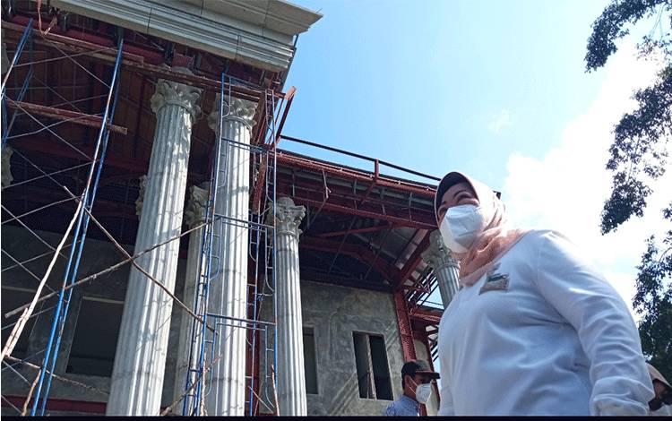 Bupati Kobar saat meninjau proses pembangunan Gedung Serbaguna di kawasan Pangkalan Bun Park, Sabtu, 24 Juli 2021