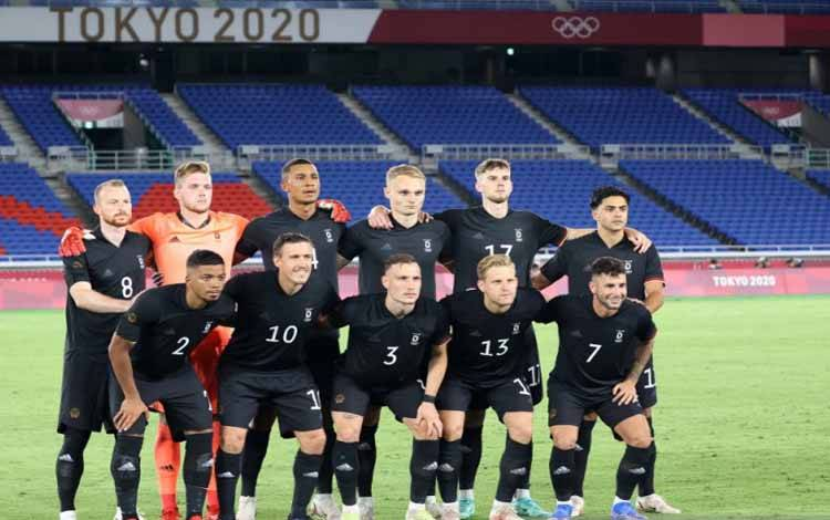 Skuad sepak bola Olimpiade Timnas Jerman sebelum laga melawan Brazil pada pertandingan perdana grup D Olimpiade Tokyo 2020 cabang sepak bola putra di Stadion Yokohama, Jepang, pada 22 Juli 2021