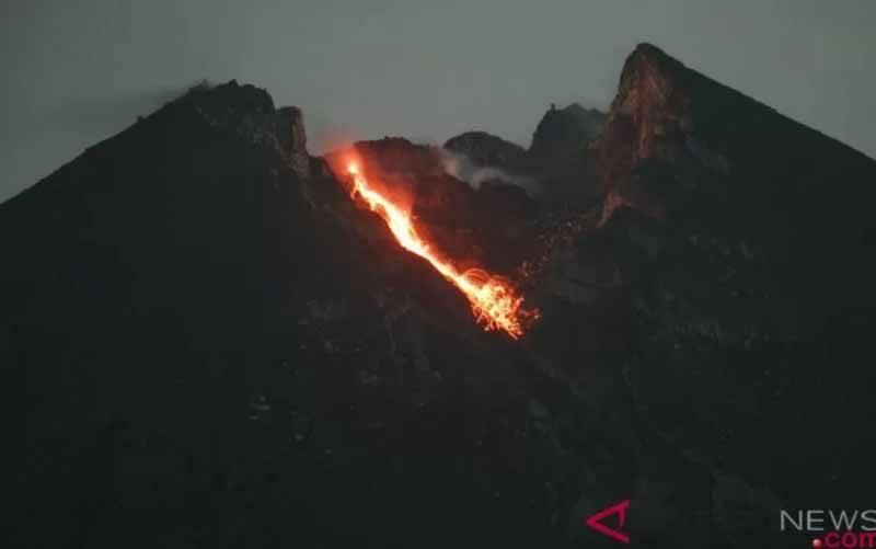 Guguran lava pijar Gunung Merapi terlihat dari Bukit Klangon, Cangkringan, Sleman, DI Yogyakarta, Selasa (15/1/2019) dini hari. (foto : ANTARA FOTO/Hendra Nurdiyansyah)