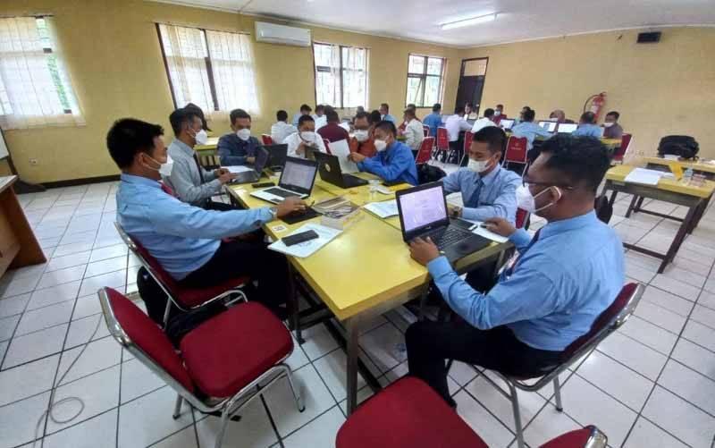 Penyidik Pegawai Negeri Sipil (PPNS) saat mengikuti pelatihan di Diklat Reserse Polri Megamendung. (foto : ANTARA/HO-KKP)