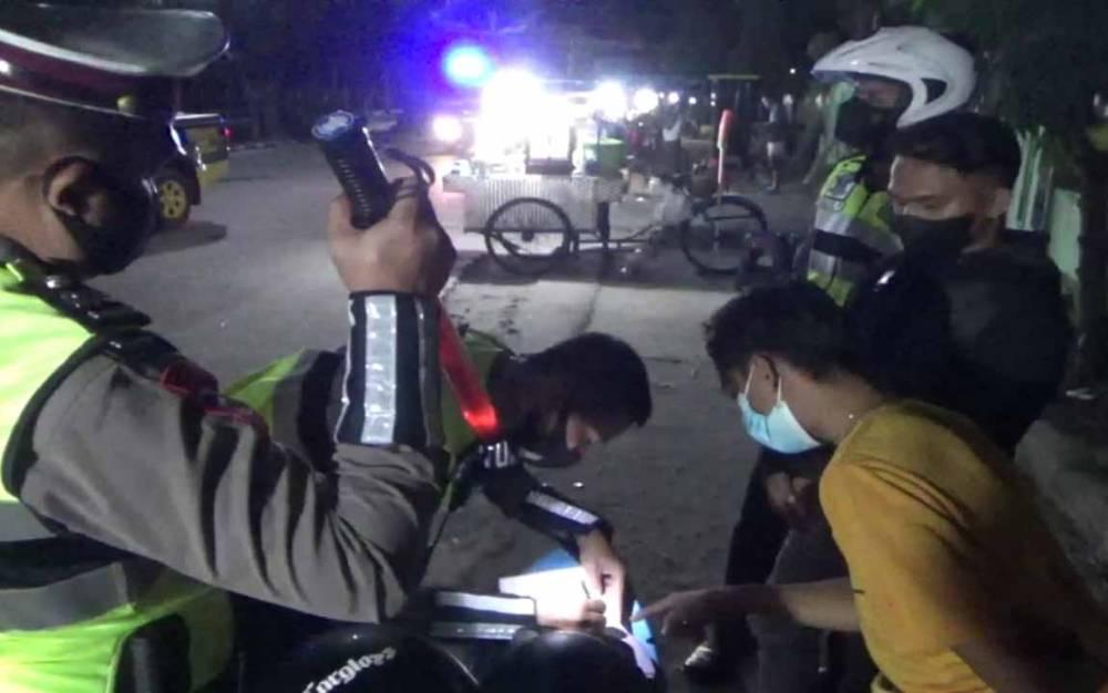 Polisi menilang sejumlah pengendara yang diduga akan melakukan balap liar, Minggu dini hari, 25 Juli 2021.