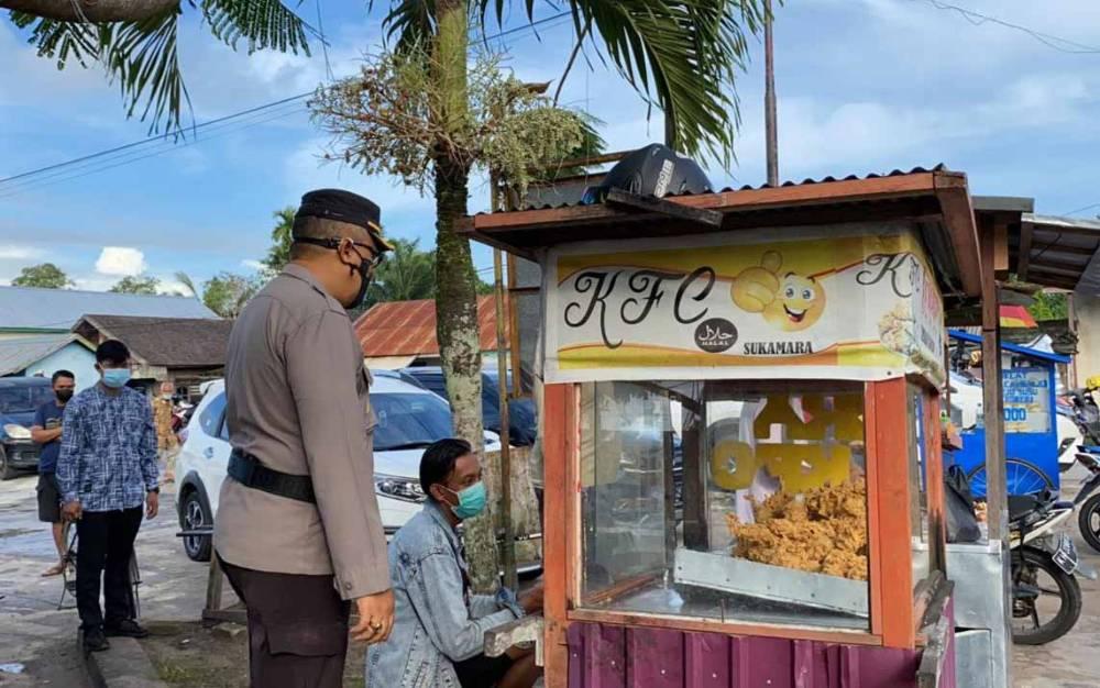 Kapolres Sukamara, AKBP I Gede Putu Dedy Ujiana saat memantau penerapan protokol kesehatan di pasar.