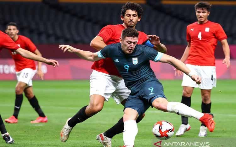 Pemain Argentina Adolfo Gaich melakukan tendangan ke arah gawang Mesir pada pertandingan sepak bola putra Olimpiade Tokyo 2020 Grup C di Sapporo Dome, Sapporo, Jepang, Minggu (25/7/2021). Argentina menang tipis 1-0 atas Mesir melalui gol Facundo Medina