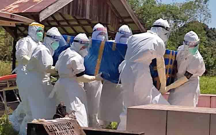 Pemakaman pasien probable dengan protokol kesehatan di Desa Bentot.
