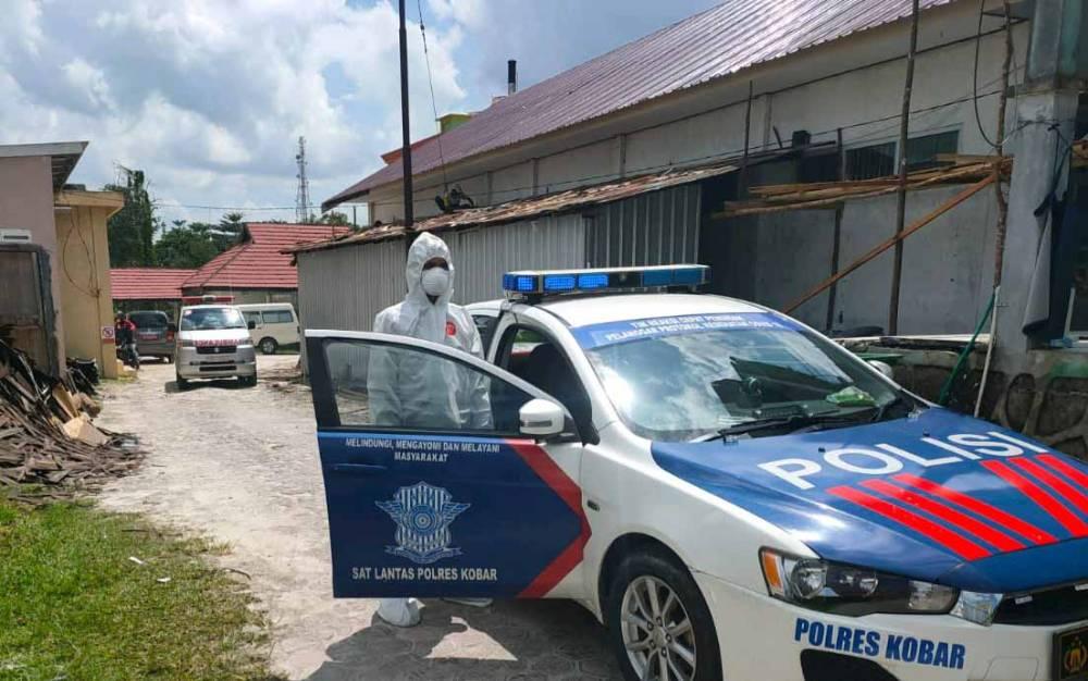 Proses pengawalan pemakaman jenazah pasien covid-19 oleh personel Satlantas Polres Kobar.