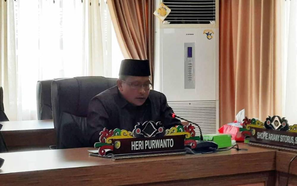 Juru bicara Fraksi GNB DPRD Palangka Raya Heri Purwanto bacakan pandangan umum terkait Raperda Protokol Kesehatan.
