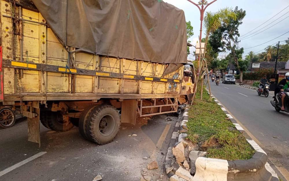 Truk DA 8953 CB dengan kondisi ban depan sebelah kanan lepas setelah menabrak pembatas jalan di Tamiang Layang, Kamis, 29 Juli 2021.