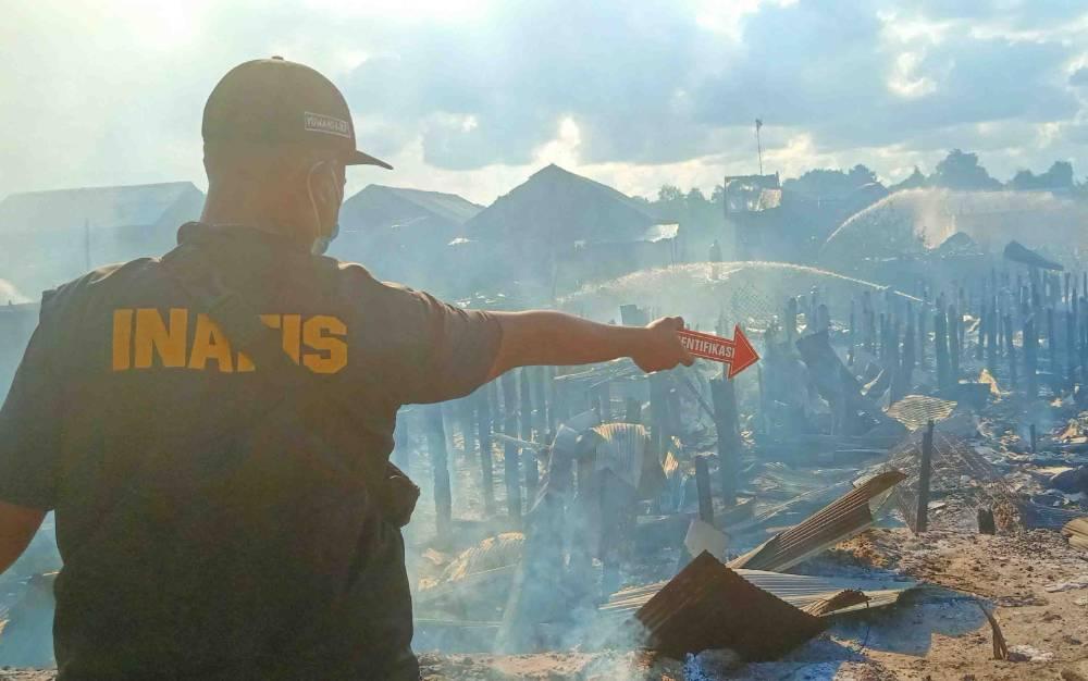 Tim Inafis Polresta Palangka Raya melakukan olah TKP kebakaran puluhan rumah, Selasa, 3 Agustus 2021.