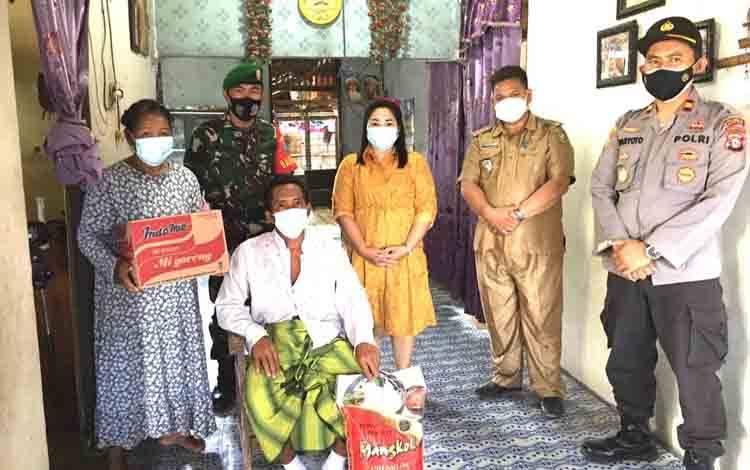 Camat Rakumpit, Wiliam bersama anggota TNI dan Polri memberikan bantuan sembako kepada warga yang sakit