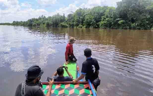 Petugas BKSDA saat mengembalikan bekantan ke kawasan hutan di Kelurahan Mentaya Seberang.