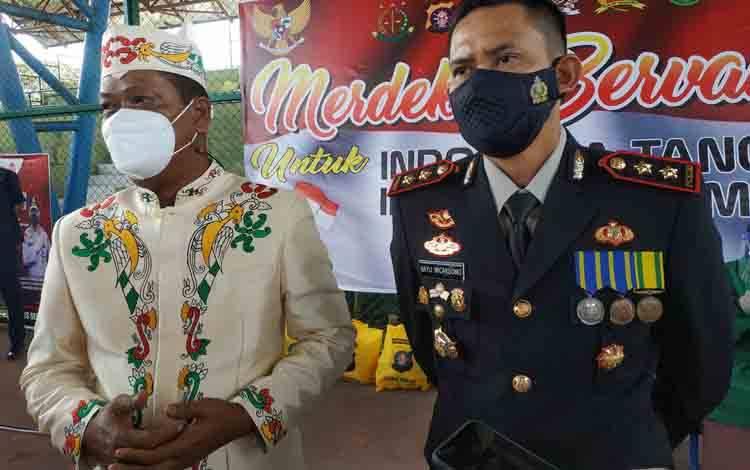 Sekda Seruyan Djainuddin Noor dan Kapolres Seruyan AKBP Bayu Wicaksono, saat memantau pelaksanaan vaksinasi massal serentak di Kuala Pembuang