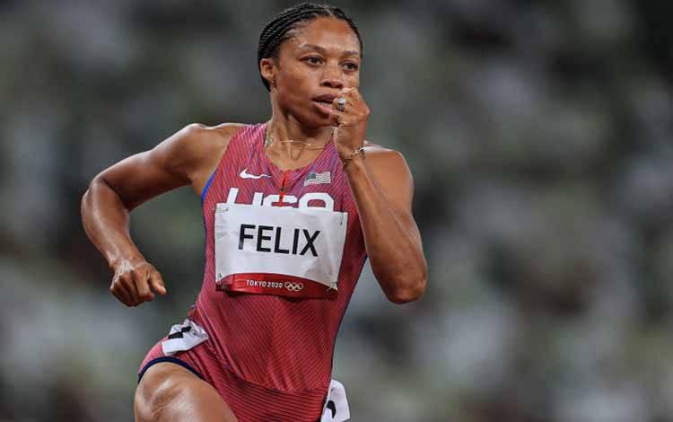 Pelari putri Amerika Serikat Allyson Felix saat berlomba dalam semifinal 400m putri Olimpiade Tokyo 2020 di National Stadium, Tokyo, Jepang, 4 Agustus 2021