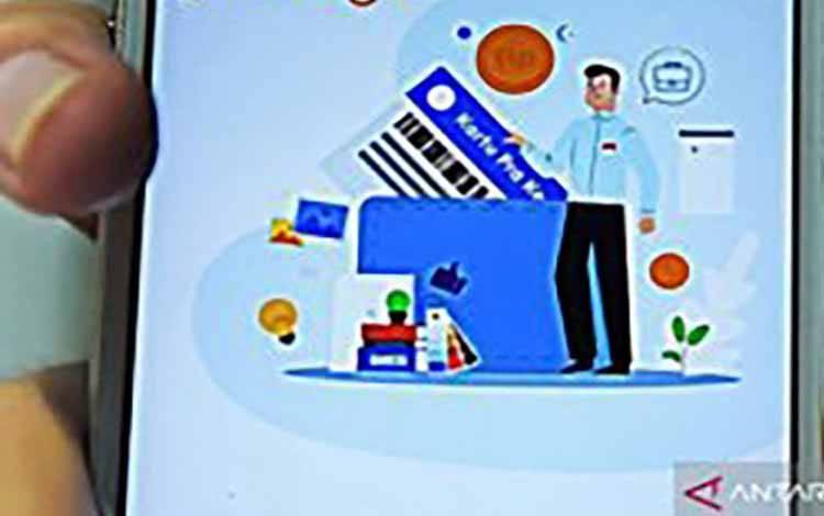 Warga memperlihatkan kolom pendaftaran pada laman www.prakerja.go.id saat mengikuti pendaftaran Kartu Prakerja