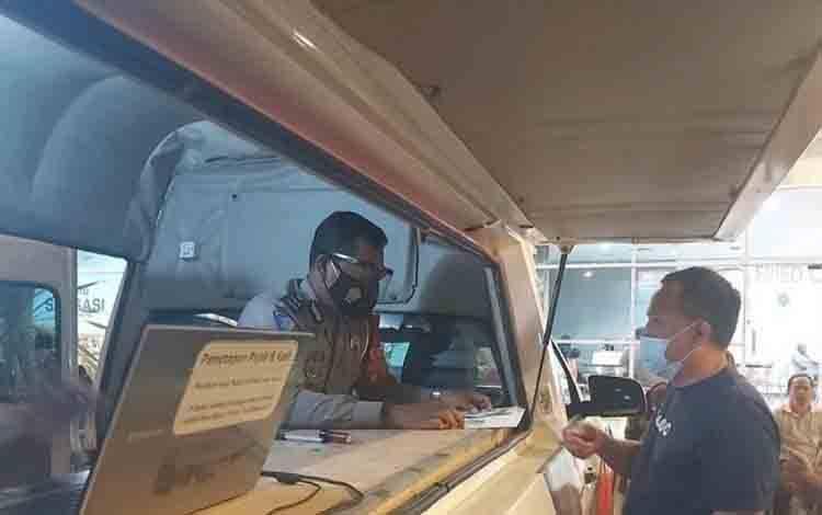 Petugas Samsat Keliling Kobar saat melayani masyarakat