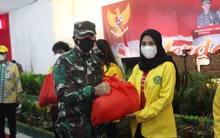 Dandim 1016 Palangka Raya Kolonel Inf Rofiq Yusuf menyerahkan bantuan