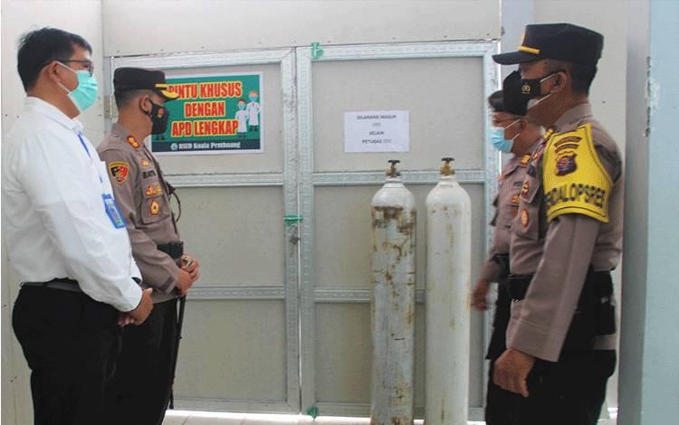 Kapolres Seruyan AKBP Bayu Wicaksono saat mengecek ketersediaan stok oksigen di RSUD Kuala Pembuang