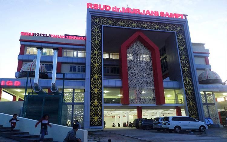 Suasana di depan RSUD dr Murjani Sampit menjelang malam hari.