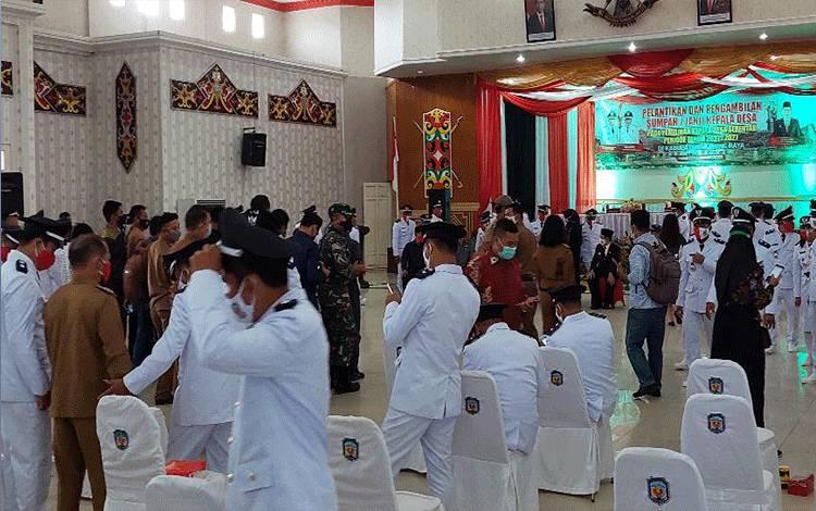 Suasana acara pelantikan Kepala Desa serentak yang dilaksanakan Pemerintah Kabupaten Mura. Tampak terjadi kerumunan pasca dilaksanakan pelantikan yang berpotensi melanggar protokol kesehatan.