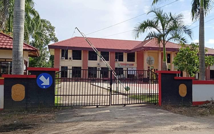 Pintu pagar Pengadilan Negeri Negeri Kelas II Tamiang Layang ditutup rapat karena pembatasan jam kerja.