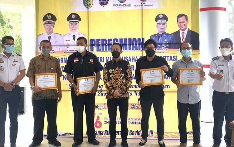 Penyerahan penghargaan kepada Wali Kota dan Kepala Dinas Perhubungan dari Angkasa Pura II.