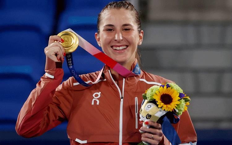 Petenis tunggal putri asal Swiss Belinda Bencic meraih medali emas Olimpiade Tokyo 2020 di Ariake Tennis Park, Tokyo, Jepang, pada 31 Juli 2021. ANTARA/REUTERS/Yara Nardi