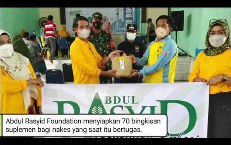 Abdul Rasyid Foundation Beri Tali Asih untuk Lansia dan Nakes pada Vaksinasi Massal di Desa Natai Baru