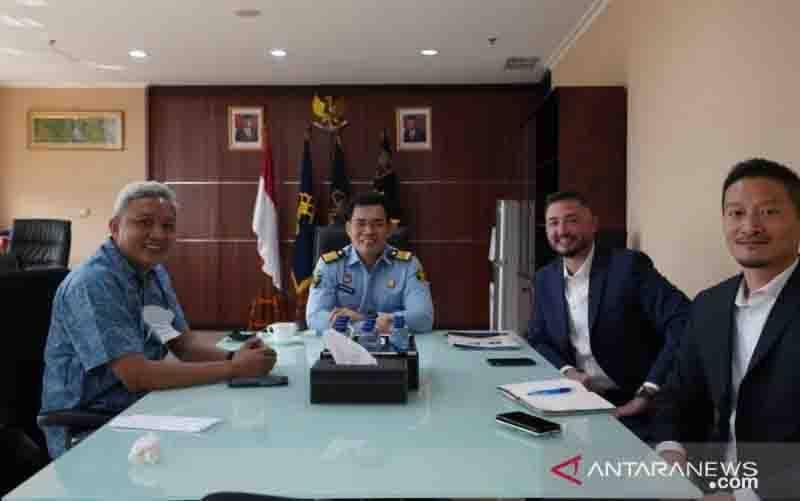 Direktur Penyidikan dan Penyelesaian Sengketa DJKI Kemenkumham, Anom Wibowo (Tengah) bertemu dengan delegasi FBI di Kantor DJKI Kemenkumham, Senin (16/8/2021). (foto : ANTARA/HO-Humas DJKI)