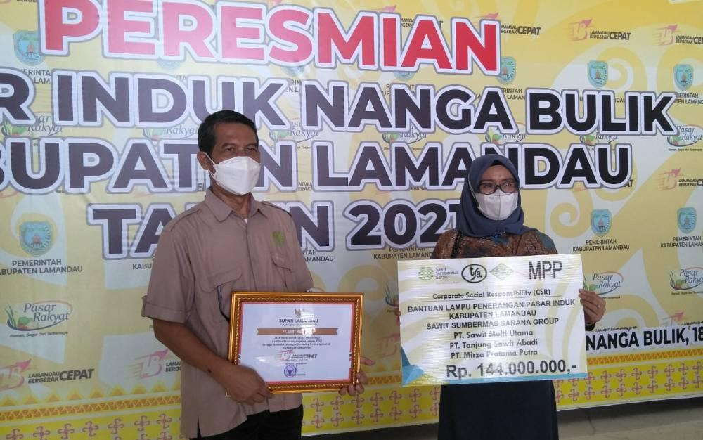 Manager CSR SSMS Group Kharis Nuryanto dan rekan usai menerima penghargaan dari Pemkab Lamandau, Rabu, 18 Agustus 2021.