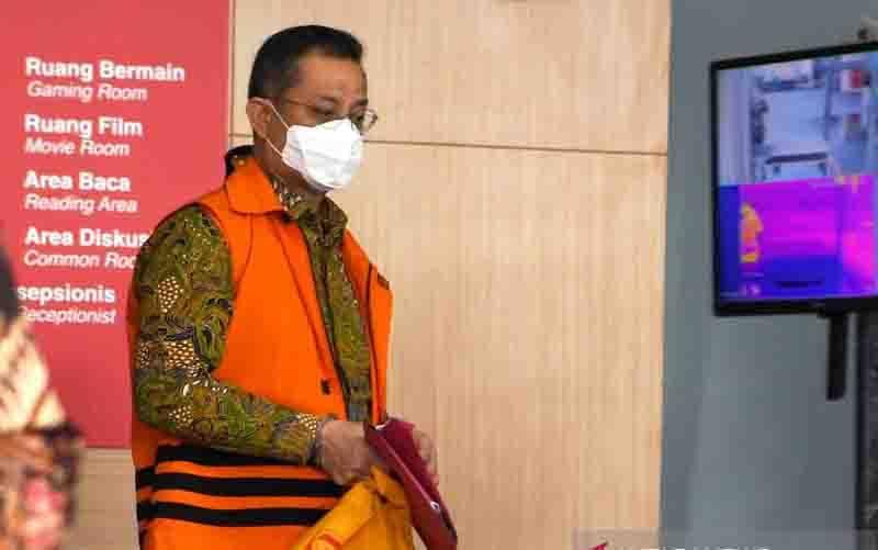 Terdakwa mantan Menteri Sosial Juliari P Batubara berjalan menuju mobil tahanan usai menjalani sidang pembacaan putusan secara virtual di gedung ACLC KPK, Jakarta, Senin (23/8/2021). Juliari Batubara divonis 12 tahun penjara serta denda Rp500 juta subsider enam bulan kurungan dan membayar uang pengganti Rp14,5 miliar oleh majelis hakim Pengadilan Tipikor Jakarta karena terbukti melakukan tindak pidana korupsi pada pengadaan bantuan sosial penanganan pandemi COVID-19. (foto : ANTARA FOTO/Hafidz M