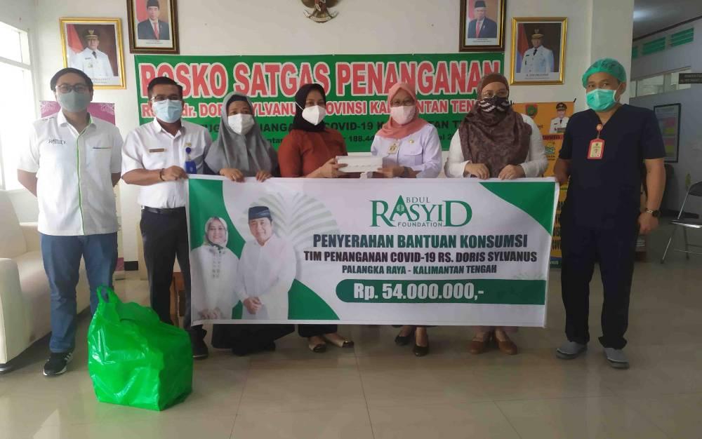 Penyerahan secara simbolis bantuan dari Abdul Rasyid Foundation untuk tim pemulasaraan jenazah di RSUD Doris Sylvanus, Rabu 1 September 2021.