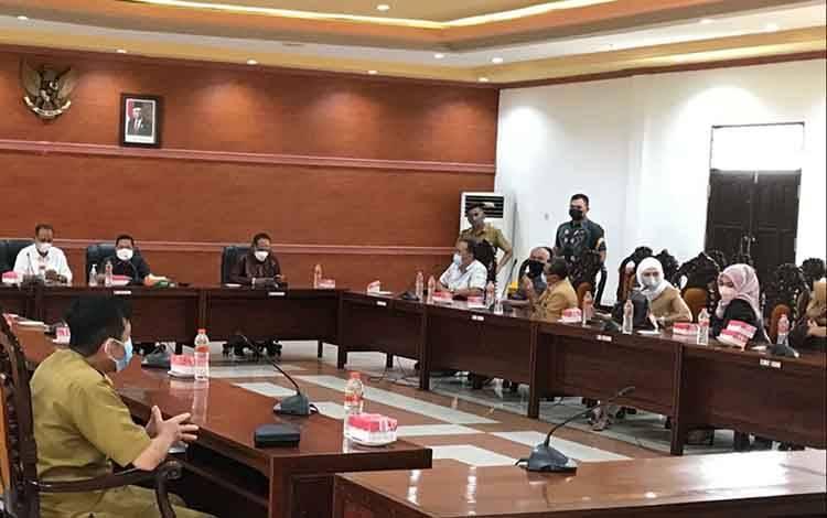 Suasana saat Wakil Ketua I DPRD Kapuas, Yohanes menerima kunjungan kerja dari DPRD Kabupaten Banjar, Senin 6 September 2021