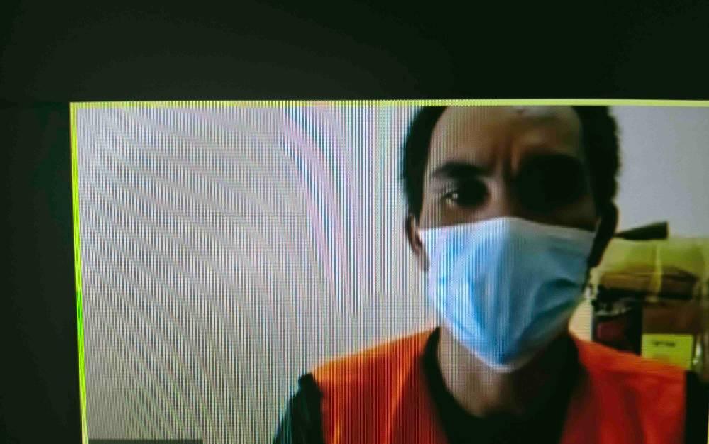 Sugiyanto alias Itoi, terdakwa kasus penganiayaan saat menjalani persidangan secara virtual.